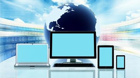 Een computer, laptop, tablet, en een slimme telefoon in de voorkant van een wereldbol met knipperende website scherm achter het