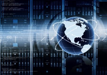 インターネットや情報技術の概念的なイメージの世界では、コンピューター サーバー キャビネットの前に配置