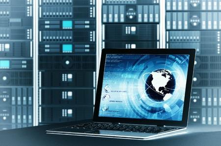 Een concept van het controleren worlwide het delen van informatie op een server rackvia laptop-interface kunt u het scherm van de laptop te veranderen aan uw behoefte aan te passen