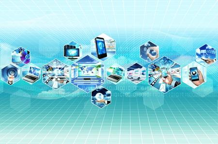 Internet multimedia concept met alle apparaatje en computers met elkaar verbonden