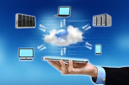 インターネット テクノロジーが彼の手のクラウドコンピューティングの概念を示すのビジネスマンの手