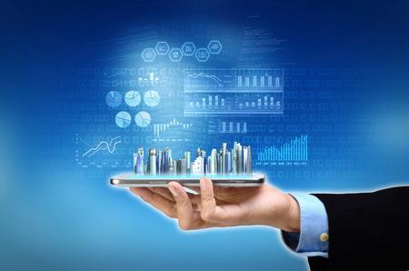 informe: Empresario acceder y controlar su progreso empresarial y el informe de su tel�fono inteligente Foto de archivo