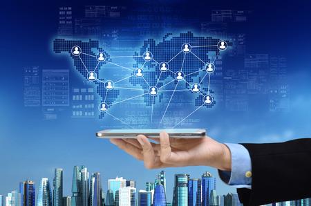 Un concept visuel d'une entreprise virtuelle et un réseau social mondial sur un gadget de téléphone intelligent