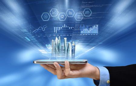 Zakenman het lezen van zakelijke of financiële verslag over smartphone-concept via internet verbinding