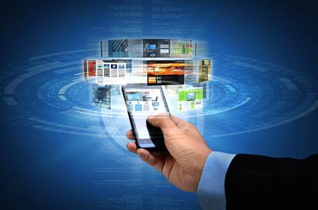 Zakenman browsen via websites op zijn slimme telefoon internet verbinding Stockfoto