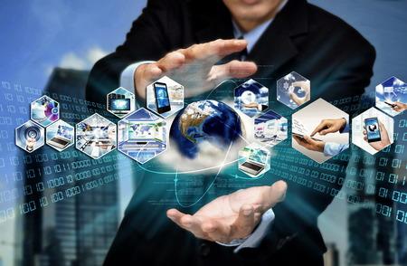 tecnologia: Internet immagine concettuale di attività. Uomo d'affari con la tecnologia dell'informazione internet per comunicare e accedere alle informazioni globali.