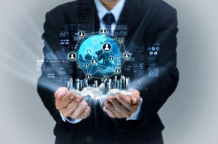 redes de mercadeo: El hombre de negocios que muestra una pantalla virtual de la red de negocios de Internet en su mano