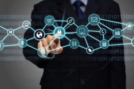 Internet beveiligd netwerk verbinding conceptueel beeld met het bedrijfsleven man aanraken van een hangslot beschermd beveiligde internetverbinding Stockfoto