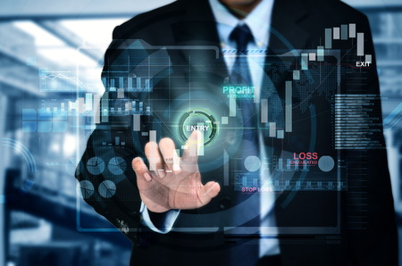 Een concept van een zakenman het invoeren van beleggingsmarkt in een touchscreen internetplatform
