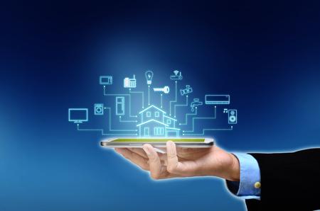 Internet de las cosas y el concepto de hogar inteligente. Controlar todo con un teléfono inteligente o un dispositivo mediante la aplicación. Foto de archivo
