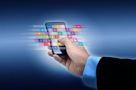 Notion Internet. Homme d'affaires utilisant un téléphone intelligent pour parcourir ou utiliser l'application en ligne Banque d'images