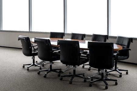 vergadertafel in de kamer Stockfoto