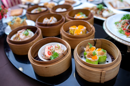 Yumcha, divers dim sum en vapeur du bambou dans le restaurant chinois Banque d'images - 57956654
