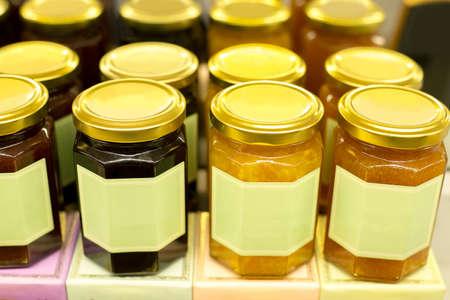 Jars of tasty several type of jam - apricot , peach , blueberry , strawberry , orange on merchandise shelf 版權商用圖片