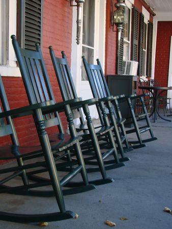 front porch: Rockers en el porche delantero en un pa�s posada