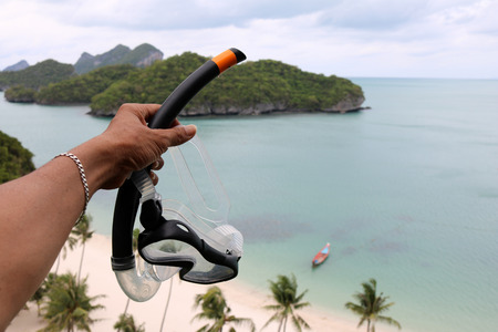Hand holding the diving mask on the view point of ang thong archipelago island. Thailand. Zdjęcie Seryjne