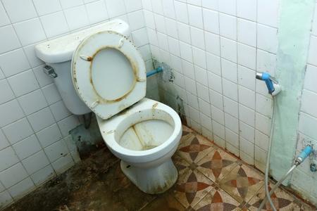 더러운 오래된 화장실 그릇과 욕실은 매우 깨끗하지 않습니다.