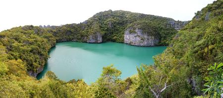 Panorama views of green lagoon at tropical islands at Ang Thong archipelago at Samui,  Thailand Imagens