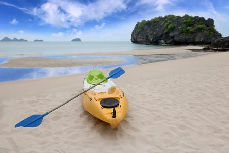 Kajakarstwo lub kajakiem morskim na plaży na wyspie Ang Thong, TAJLANDIA