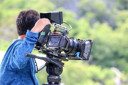 El camarógrafo está filmando en la cima de la montaña, Fondo de vistas de la naturaleza. Foto de archivo