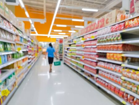 produit de consommation de variété de rangée sur des étagères en magasin au supermarché, arrière-plan flou concept. Banque d'images