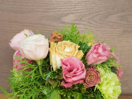 Bouquet of dry roses flowers on wood background, dry flowers. Banque d'images