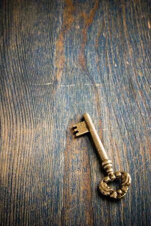 木製のテーブルの上に座って 1 つのアンティーク キー