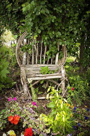 花と庭の椅子
