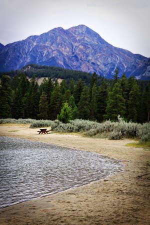 ビーチでピクニック テーブルと山 写真素材