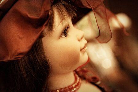 dolly: dolly antico con un cappello rosso
