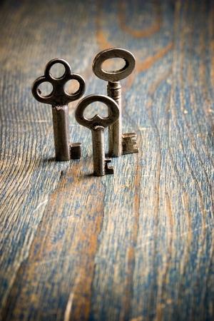 テーブルの上に立っている 3 つのキー