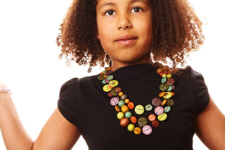 ボタンのネックレスを持つ子供のクローズ アップ
