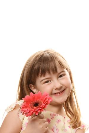 ピンクの花を保持している少女