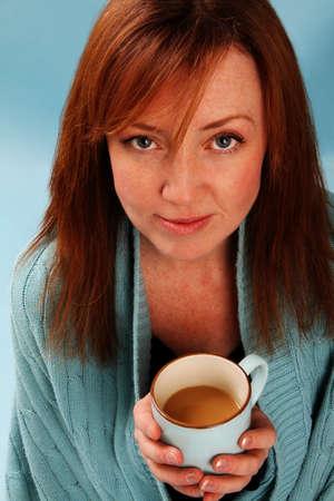 青いショールとコーヒー カップの女性 写真素材