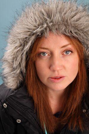 冬のジャケットと赤髪の女