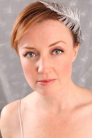 銀羽とビンテージ女性のポートレート 写真素材