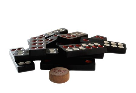 oud en goed gebruikt Chinees domino stukken, geïsoleerd op wit