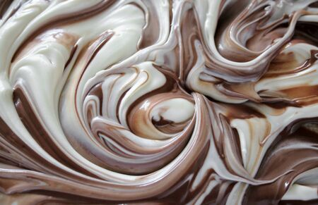 gesmolten witte chocolade gemengd met melk chocolade Stockfoto