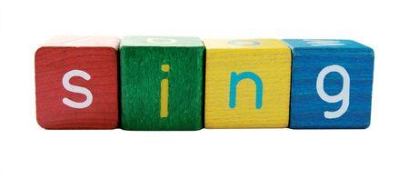"""letras musicales: la palabra """"cantar"""" en letras de los ni�os de colores que es el bloque"""