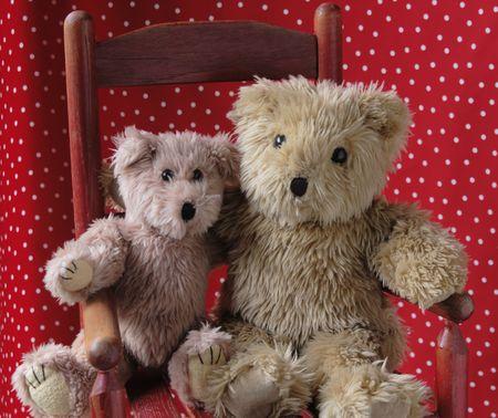 teddy bears: dos osos de peluche en un antiguo ni�o de la silla de color rojo con rojo y blanco de lunares punto de antecedentes