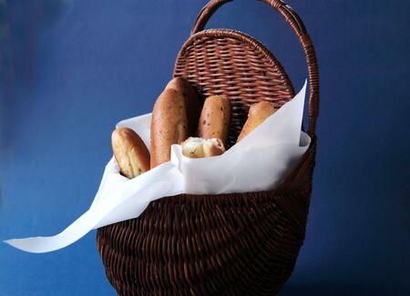 gressins: pain dans un panier doubl� de parchemin