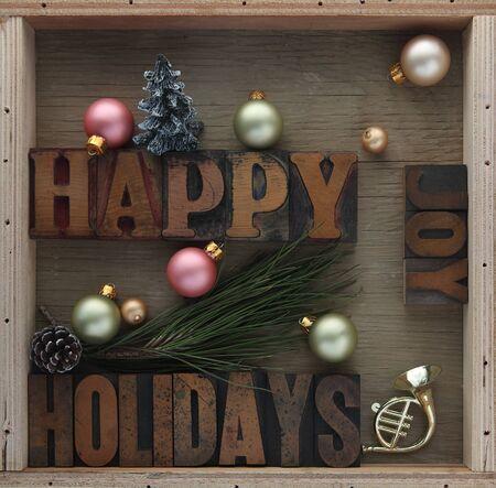 pine cone: felice parole vacanze con ornamenti, pigna, giocattolo corno e albero di Natale