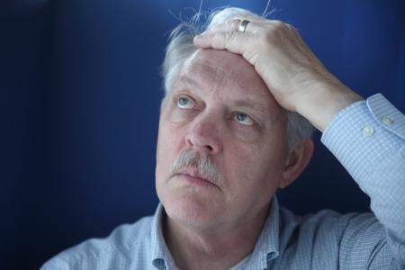 Homme plus âgé est indécis et perplexe Banque d'images - 14005470