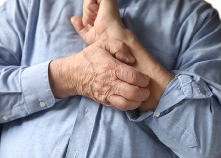 jeuken: man krabt aan zijn arm Stockfoto