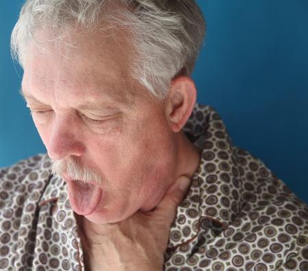 tosiendo: un hombre mayor con una tos muy fuerte Foto de archivo
