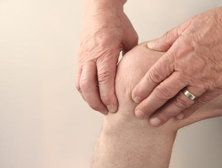 dolor de rodilla: el hombre tiende a su dolor en la rodilla