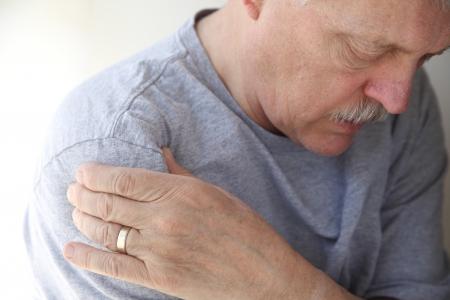 epaule douleur: homme souffrant de douleurs d'épaule Banque d'images