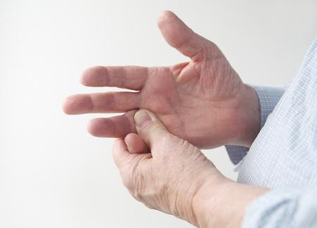 articulaciones: un hombre se frota el dolor en el dedo