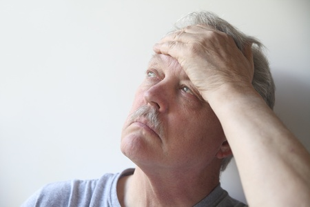 Un homme plus âgé avec un terrible mal de tête Banque d'images - 13248688