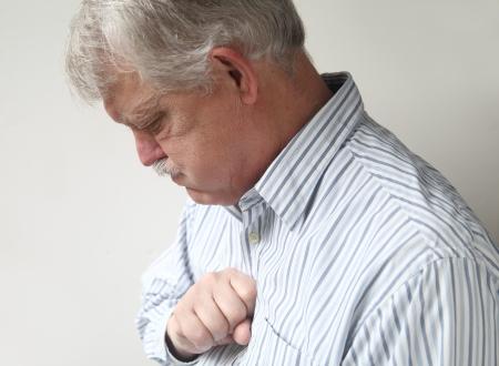 attacco cardiaco: uomo d'affari con dolore toracico che pu� essere sia il bruciore di stomaco o un attacco di cuore